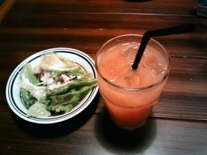 セットのサラダとドリンク