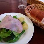 サラダとバケット(フォカッチャ)