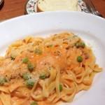 トラットリア ピエモンテ パルマ産生ハムのミンチとグリーンピースのトマトクリーム・タリアテッレ
