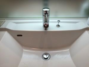 洗面台 取付前 シャワーホースを引っ込めたところ
