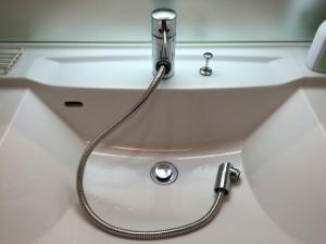 洗面台 取付前 シャワーホースを出したところ
