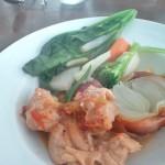メイン、鶏のバスク風(玉ネギ、ピーマン、パプリカ入りの煮込み)