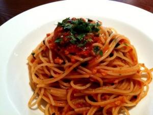 タコとブラックオリーブのラグーソースのスパゲッティ