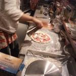 ピッツァの作成中。速い。